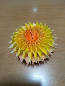 折り紙を折っています